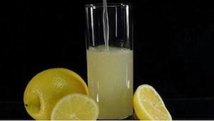 Stačí přidat pouze jednu ingredienci k vodě s citrónem, abyste se zbavili přetrv