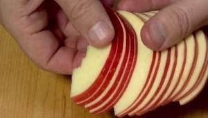 Nakrájel jablko na plátky, když uvidíte proč, začnou se vám sbíhat sliny!