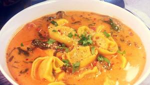 Rajčatová polévka s těstovinami Tortellini a špenátem.