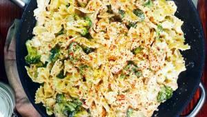 Těstoviny v krémové omáčce s kuřecím masem a brokolicí