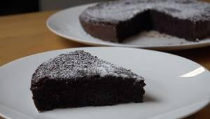 Skvělý čokoládový koláč bez mouky a másla – stačí 2 ingredience a výsledek je úž